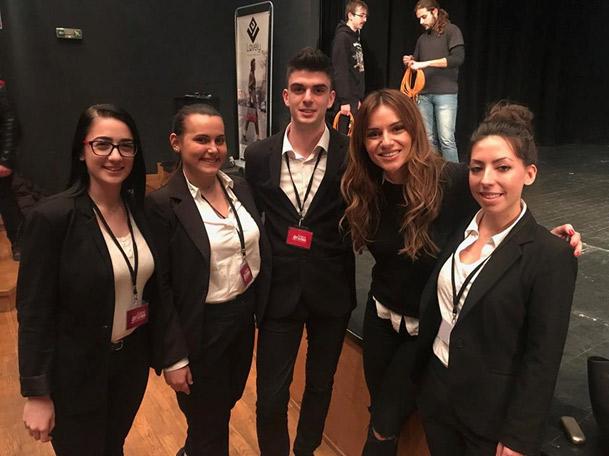 Η γνωστή παρουσιάστρια Ελένη Τσολάκη, μαζί με σπουδαστές του ΙΕΚ ΑΛΦΑ Θεσσαλονίκης